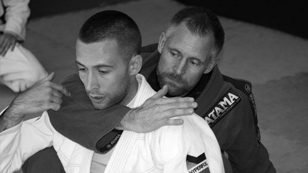Her ser du Alex Thomann som sortbælte i Brasiliansk Jiu jitsu fra Frankrig. på billedet viser han selvforsvar mod choke sammen med Anders Rasmussen