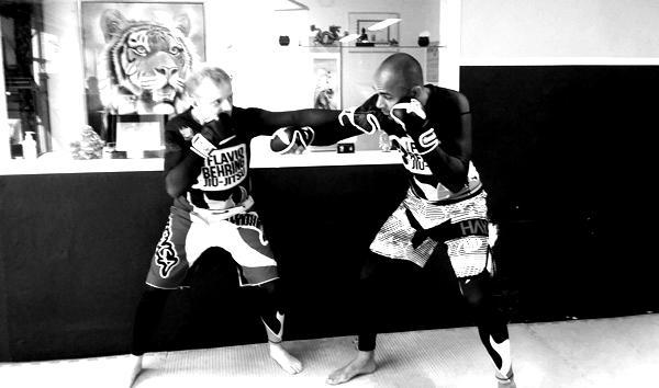 Her ser du Chef instruktør Brian Berggren og Flow instruktør Michael Nielsen lave sparring i kampstilen FLOW som også indeholder MMA og selvforsvar