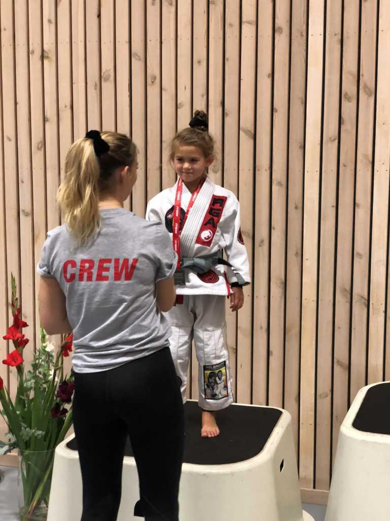 Evolet Elise Boris vinder Sølv - HALMSTAD OPEN BJJ LEAGUE 2018 - STAGE 3 i vægtklassen BOYS / GIRLS -25 KG / WHITE/GREY