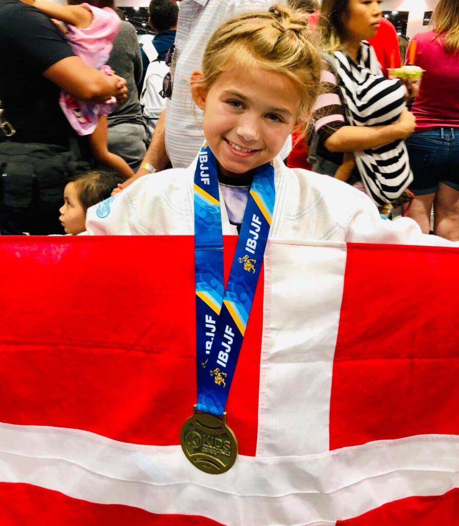 Evolet Elise Boris med sinde medaljer og danmarks flag