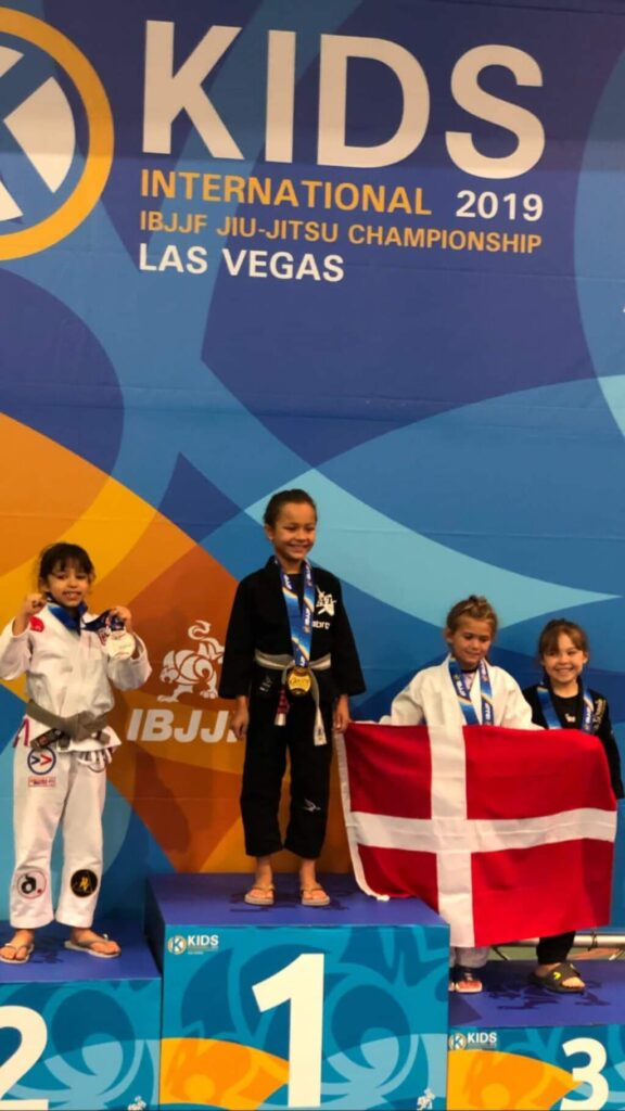 Evolet Elise Boris står på podiet i Las Vegas efter hun vandt bronze IBJJF Kids 2019 Las Vegas usa